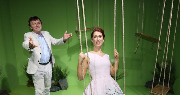 Manželé Pavel a Monika Trávníčkovi spolu blbli na houpačce jako zamilovaní studenti.