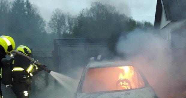 Požár osobního vozu ve Šlovicích na Plzeňsku. Hořet začalo kvůli kuně.