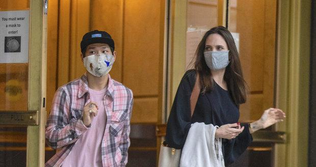 Angelina Jolie v doprovodu syna Paxe