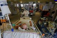 Koronavirus ONLINE: Blatný zmínil další zpřísnění. A Prymula si za fotbalem stojí