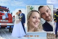 Hasičská svatba jako z pohádky: Petrovi s Míšou dělala na bílém poli společnost stará tatrovka