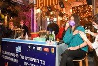 Přijďte se naočkovat proti koronaviru, drink máte zdarma: Bar v Izraeli láká mladé