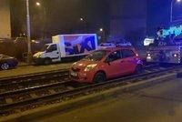 Bizarní výjev v Řepích: Muž vjel s autem do kolejiště a uvázl tam! Nadýchal dvě promile