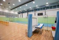 Sportovní hala v Říčanech se proměnila v očkovací centrum. Zvládne naočkovat 500 lidí denně