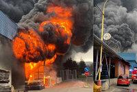 Ohromný požár v Chrastavě u Liberce: Hasiči vyhlásili nejvyšší stupeň, škoda je asi 100 milionů
