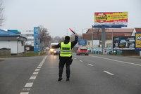Policisté uzavřeli Prahu: Kontroly jsou namátkové, cestovat se smí jen do práce, k lékaři či na úřad