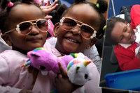 Srostlá dvojčata neměla přežít ani pár dnů: Teď už ale mluví, smějí se a učí se i chodit!