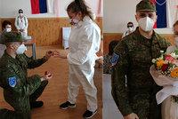 Láska v čase koronakrize: Voják v první linii požádal o ruku zdravotní sestru