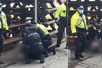Žena v Ostravě neměla roušku a byla arogantní: Policisté ji na zemi spoutali! Před brečící dcerkou (5)