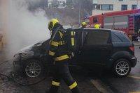 Nebýt hasičů, auto v Praze 4 by skončilo na uhel. Škoda je čtvrt milionu korun