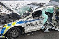 Brutální havárie u Kralic: Náklaďák sešrotoval auto s policisty!