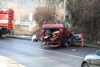 Drsná nehoda na Smíchově: Auto skončilo na střeše, řidič utekl! Hledá ho policie