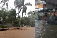 Dovolenkový ráj pod vodou: Obří záplavy zdevastovaly Havaj, souostroví vyhlásilo stav nouze