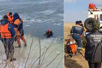 Pětičlenná rodina si chtěla zkrátit cestu přes led, který se s nimi propadl: Záchranáři z vody vylovili tři dětská tělíčka!