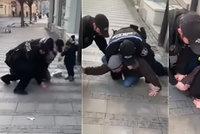 Strážníci v Uherském Hradišti drsně pacifikují muže s dítětem: Kvůli chybějící roušce?