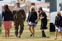 """""""Příště žádnou sukni!"""" První dámu Bidenovou potrápil vítr, do pouště změní šatník"""