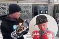 Dívenka z Londýna trpí bolestivou nemocí kůže: Proti šikaně bojuje boxem!