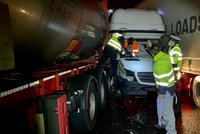 Kuriózní nehoda na D10: Řidič zůstal uvězněný v dodávce mezi dvěma kamiony, policisté rozbili čelní sklo