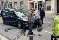 Velké pátrání na Žižkově! Řidič zdemoloval čtyři auta a od nehody utekl, hledá ho policie