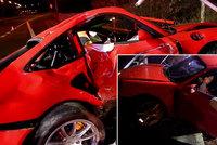 Luxusní porsche rozstřelil řidič o sloup: Zraněný spolujezdec zůstal zaklíněný uvnitř