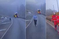 Jeď jako v GTAčku! Pacientka na Liberecku vyskočila ze sanitky, chtěla odvézt jiným autem
