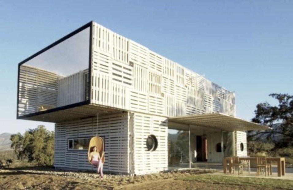 Dům, postavený z kontejnerů a dřevěných palet