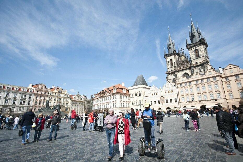 Turisté na pražském Staroměstském náměstí