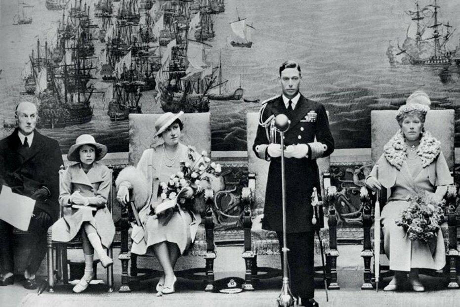 1937: Král Jiří VI. při oficiálním otevření Národního muzea námořnictví. Zleva doprava na fotografii sedí: sir Samuel Hoare, princezna Alžběta (budoucí Alžběta II.), královna Alžběta a královna Mary.