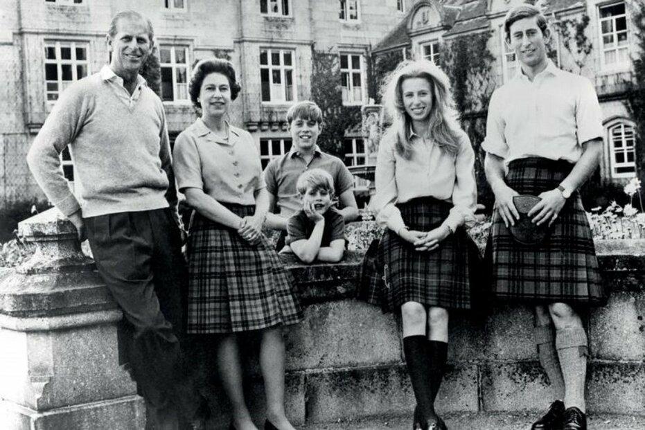 31. 10. 1972, zámek Balmoral, zleva na fotce: princ Philip, královna Alžběta II. a jejich děti princ Edward, princ Andrew, princezna Anne a princ Charles.
