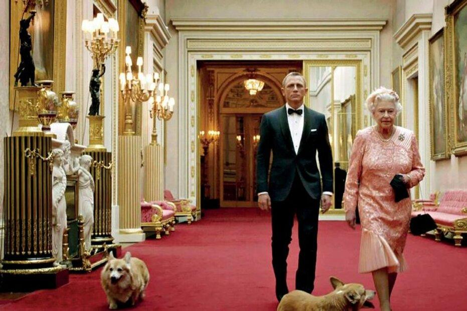 Olympiádu v Londýně zahájil klip s Alžbětou a Jamesem Bondem. Málokdo v první chvíli věřil, že v něm nevidí herečku, ale skutečnou královnu. A málokdo mimo okruh znalců taky věděl, že Alžběta II. skutečně pevně drží vládu ve svých rukách, jak ostatně onen krátký film naznačoval.