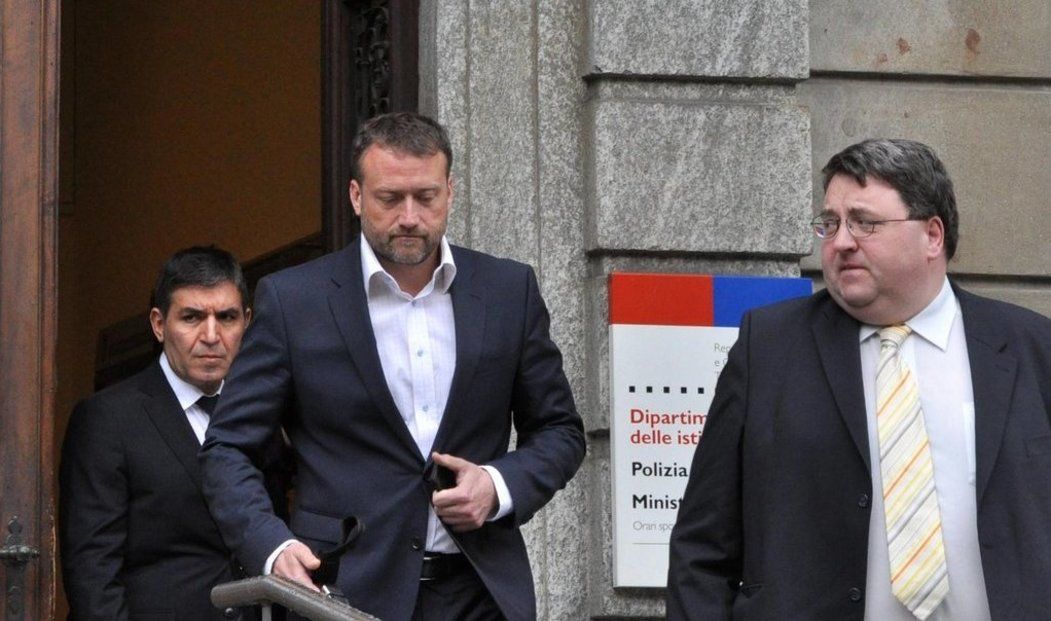 Marek Čmejla (uprostřed) odchází od soudu ve švýcarské Bellinzoně, kde 15. května pokračoval proces s bývalými manažery a majiteli Mostecké uhelné společnosti, kteří jsou obžalováni z praní špinavých peněz, podvodů a korupce. Soud nyní projednává případy jen přítomných obžalovaných Jiřího Diviše, Marka Čmejly a Petra Krause. Zbývající tři, kteří do Bellinzony nepřijeli, byli obesláni na 10. června.