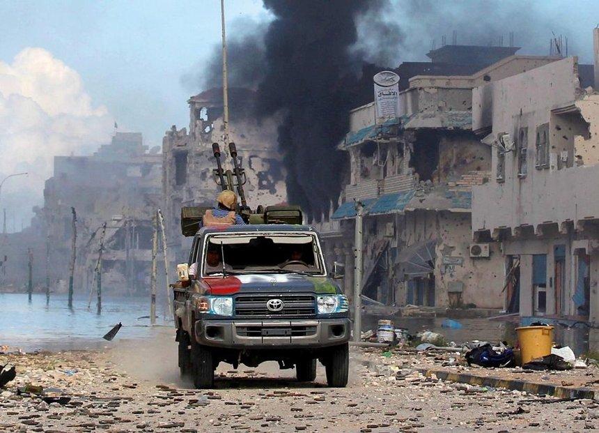 Po pádu režimu Muammara Kaddáfího se Libye proměnila v bojiště. V zemi trosek a stínů nyní vládnou dvě vlády, které se přetahují o svrchovanost.