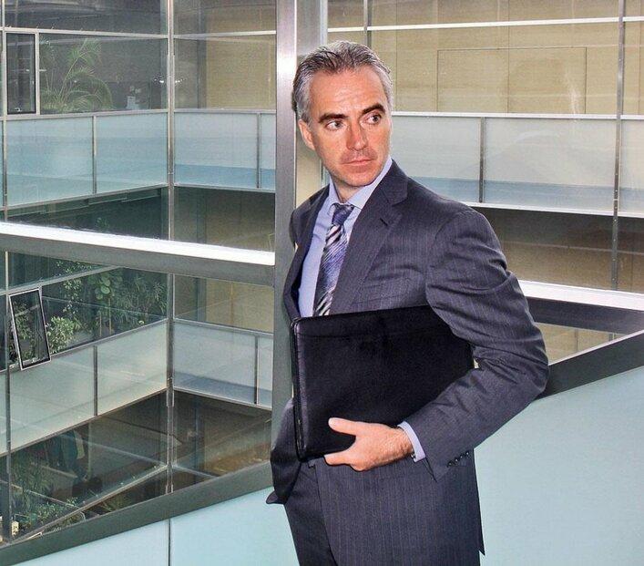 Strohý a moderní. Stephan Maxonus, ředitel oddělení pro klienty v regionu střední a východní Evropy, s nadšením ukazuje zákoutní bankovního domu. Interiér je velmi strohý a moderní, dominuje ocel.