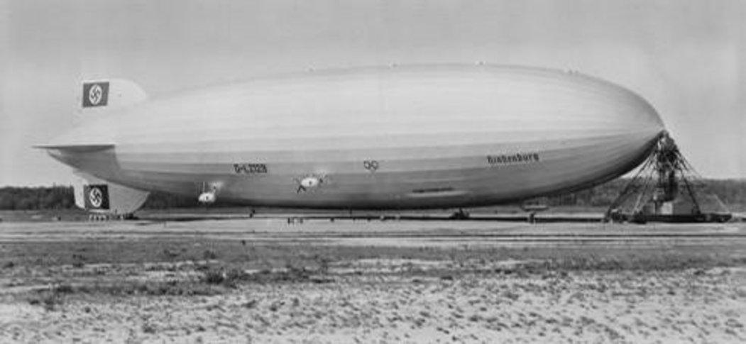 Vzducholoď Hindenburg na americkém letišti několik měsíců před havárií.