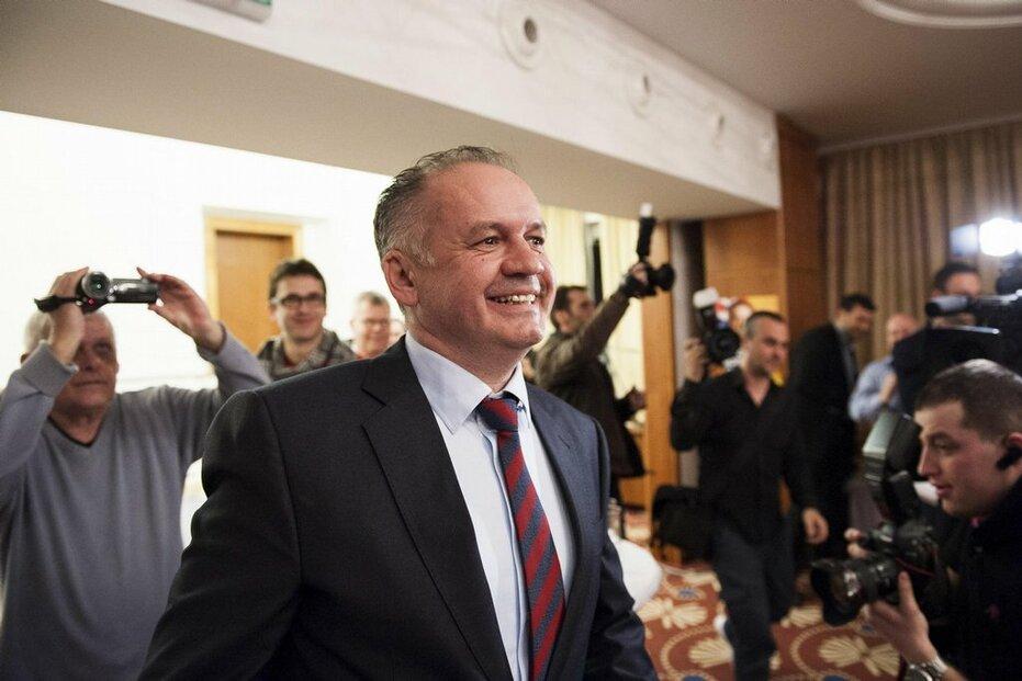 Kandidát na slovenského prezidenta Andrej Kiska přichází v noci na 16. března na tiskovou konferenci ve své volební centrále v Bratislavě po prvním kole prezidentských voleb.