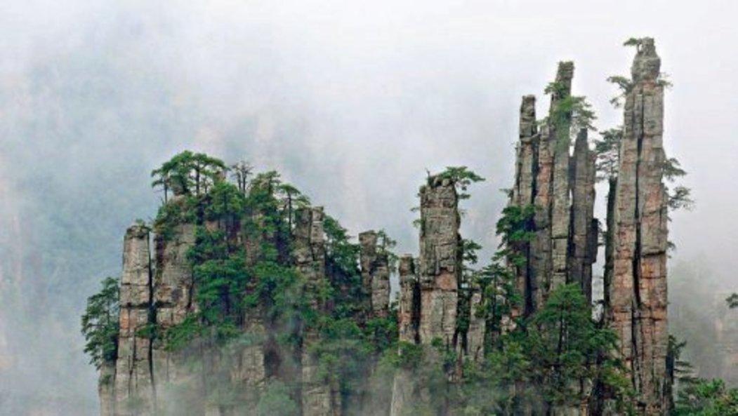 K půvabu skalních věží příspívá i to, že jsou často zahaleny mlžným oparem.