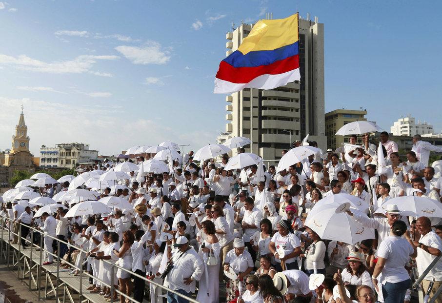 Kolumbijská vláda a FARC podepsaly mírovou dohodu, válka po 52 letech skončila.