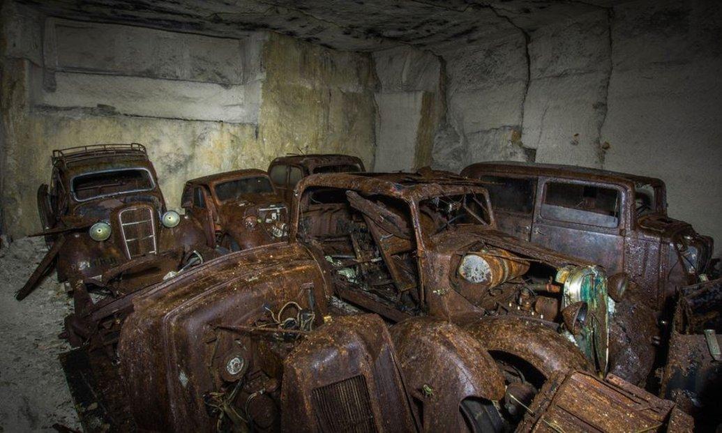 Belgický učitel našel v opuštěném dole desítky aut z doby Adolfa Hitlera
