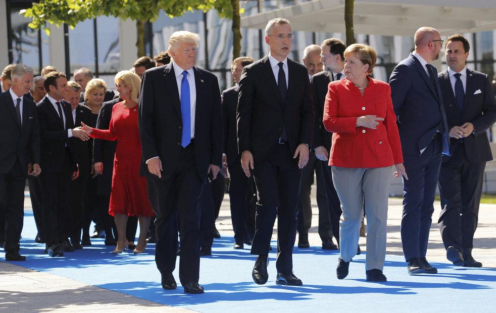 Státníci na summitu NATO, Miloš Zeman na fotografiích chybí.