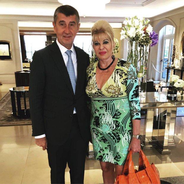 """Lídr ANO Andrej Babiš na společné fotce s Ivanou Trumpovou: """"Paní Ivana Trumpová je ze Zlína, proto jsme mluvili o Baťovi. Probrali jsme taky vnoučata, má jich devět, já dvě. Prahu miluje a přijde znova na oslavy 100 let vzniku samostatného státu."""""""