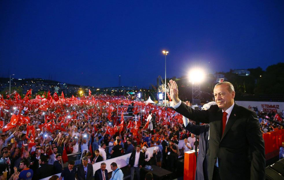 Turecko si připomnělo rok od nezdařeného puče. Prezident Erdogan byl za hvězdu