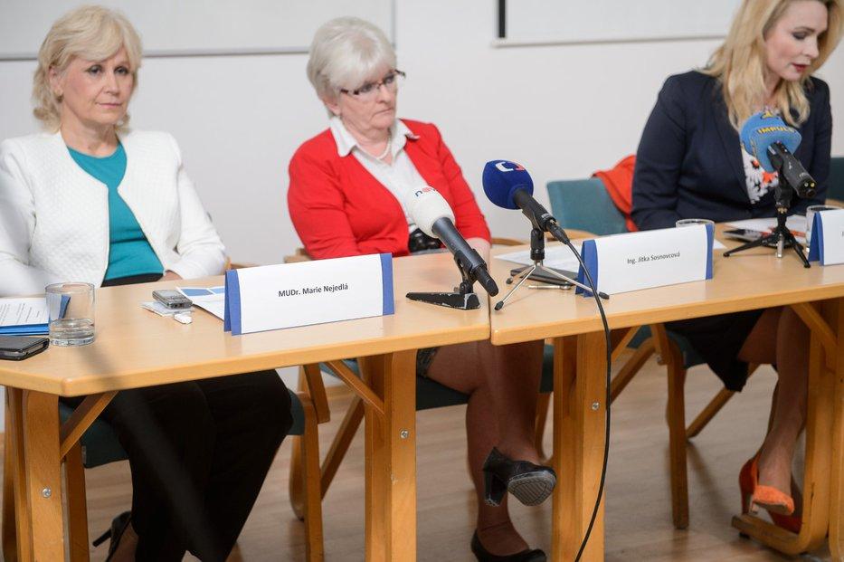 Bývalá ředitelka Státního zdravotního ústavu Jitka Sosnovcová (uprostřed) 20. března předala svou rezignaci do rukou ministra zdravotnictví Adama Vojtěcha. Sosnovcová  dle svých slov chtěla rezignací umožnit prošetření závažných skutečností, které u ústavu zjistil NKÚ.