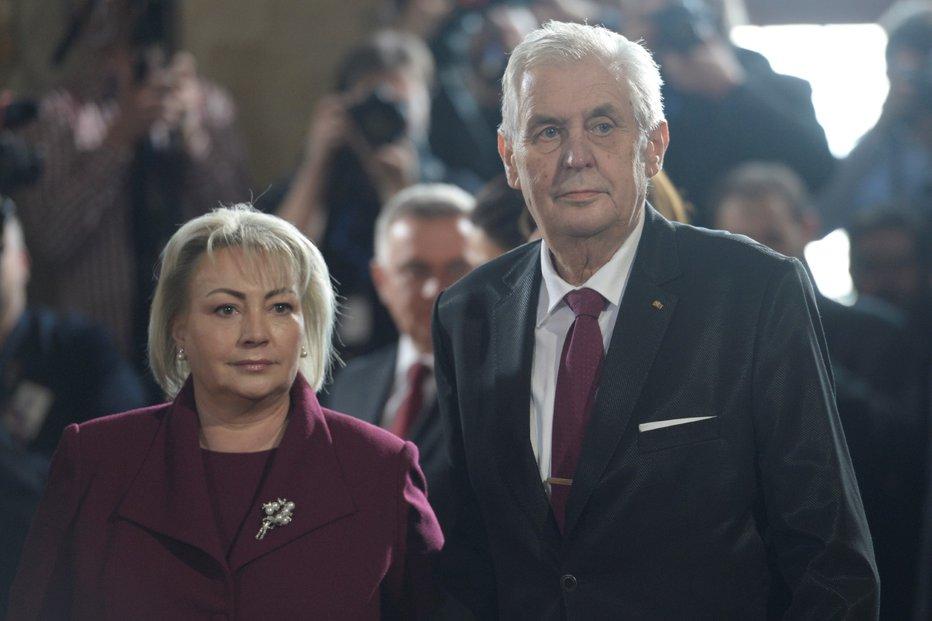 Miloš Zeman s manželkou opouští po inauguraci sál