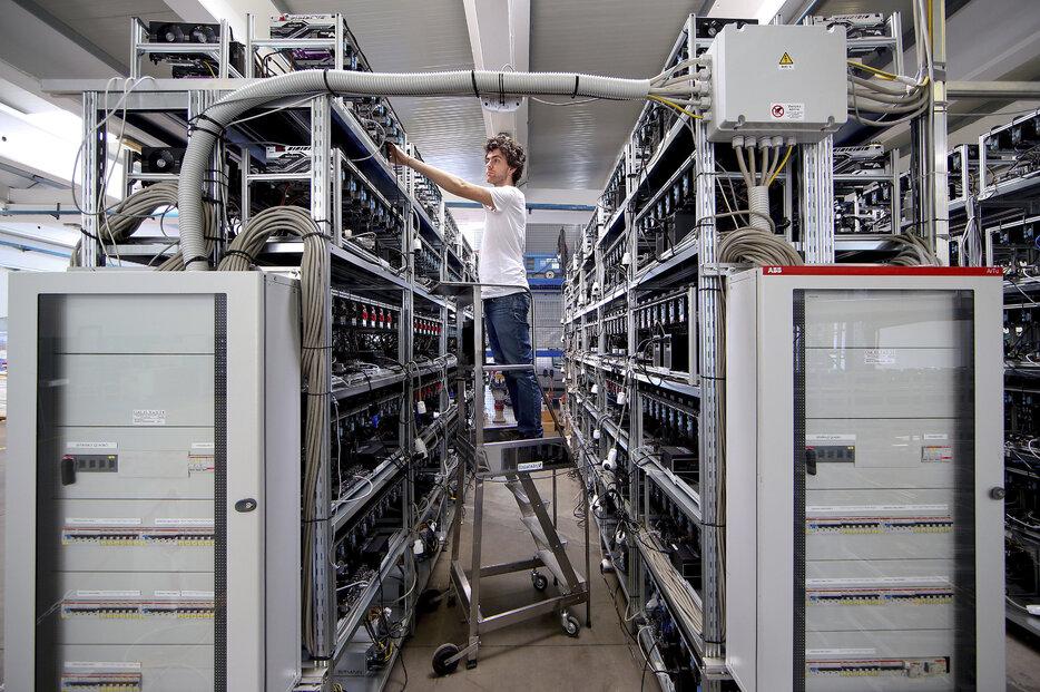 Zaměstnanec pracuje na těžebních strojích v Bitminer Factory ve Florencii