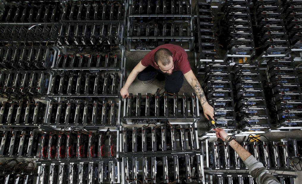 Zaměstnanci pracují na těžebních strojích v Bitminer Factory ve Florencii