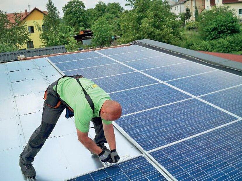 Fotovoltaické panely jsou stále účinnější a lehčí. Pro rodinný dům má fotovoltaika smysl pouze jako doplněk, který snižuje množství elektřiny odebrané ze sítě (přebytky naopak do sítě prodává), nebo jako ostrovní systém. (Schüco)