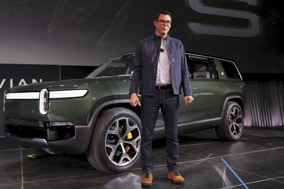 Šéf společnosti RJ Scaring představuje elektromobil R1T.
