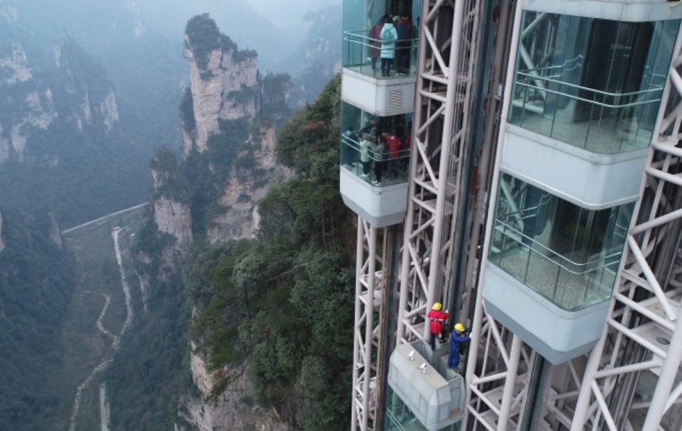 Bailong – Národní park Čang-ťia-ťie má i nejvyšší venkovní výtah světa. Je vysoký 326 metrů