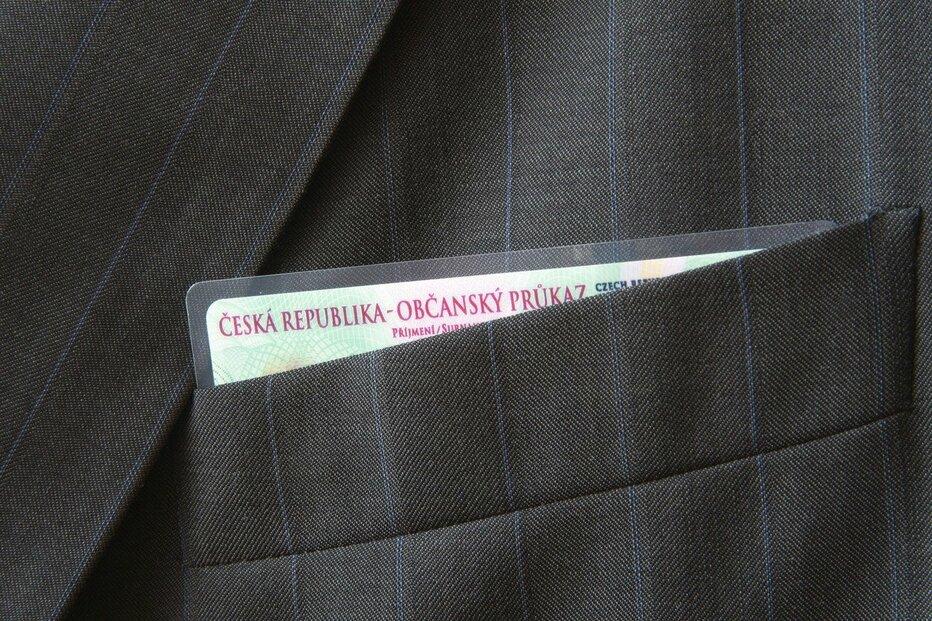 Občanský průkaz v kapse saka.