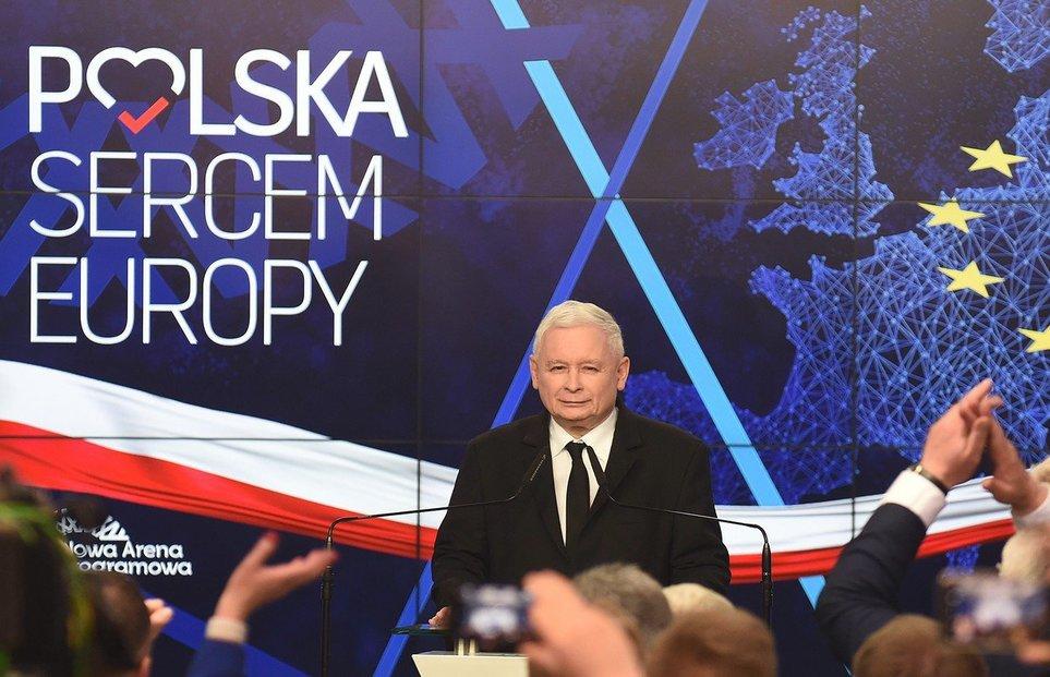 Jaroslaw Kaczyński slaví drtivé vítězství své strany v eurovolbách